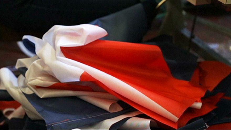 Французы после терактов в Париже скупают государственные флаги