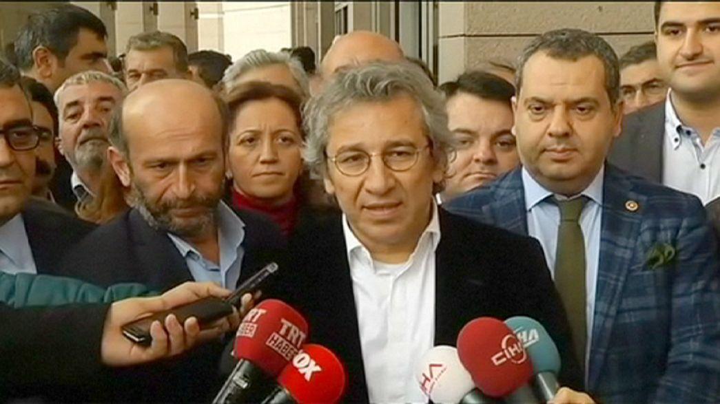 Turchia, arrestati due giornalisti. Svelarono un traffico d'armi con la Siria