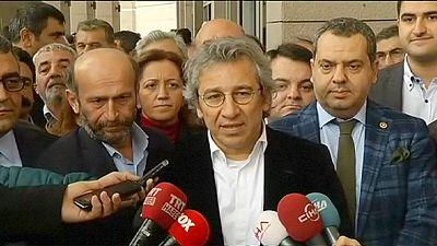 Turquie : des journalistes d'opposition inculpés pour avoir fait état de livraison d'armes en Syrie