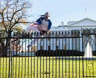 Un uomo entra nel giardino della Casa bianca mentre Obama è a pranzo con la famiglia