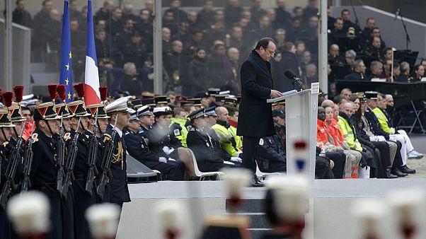 La Francia rende omaggio alle vittime della strage di Parigi