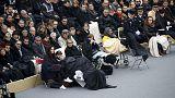 لحظات مؤثرة خلال الاعلان عن أسماء ضحايا اعتداءات باريس