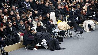 لحظه ادای نام قربانیان حملات پاریس