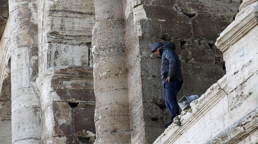 Roma: scende dal Colosseo il tour operator abusivo che minacciava il suicidio