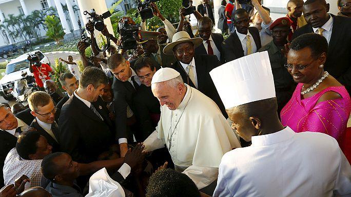 """البابا فرانسيس يصل أوغندا قادما إليها من كينيا حيث ندد بـ: """"أشكال جديدة من الاستعمار"""" في إفريقيا"""
