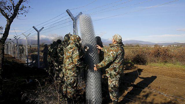Réfugiés : la Macédoine érige une clôture à un point de passage de sa frontière avec la Grèce