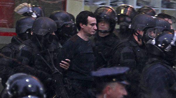 Detenido en Kosovo el líder opositor Albin Kurti por arrojar gases lacrimógenos en el Parlamento
