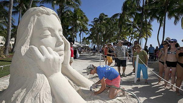 نحاتو الرمال يقدمون أعمالهم على شاطئ فلوريدا