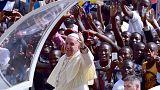 Tausende bejubeln Papst Franziskus in Uganda