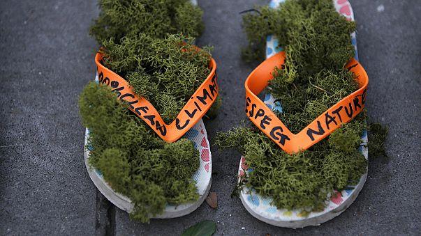 Milhares de sapatos em Paris, pelo clima