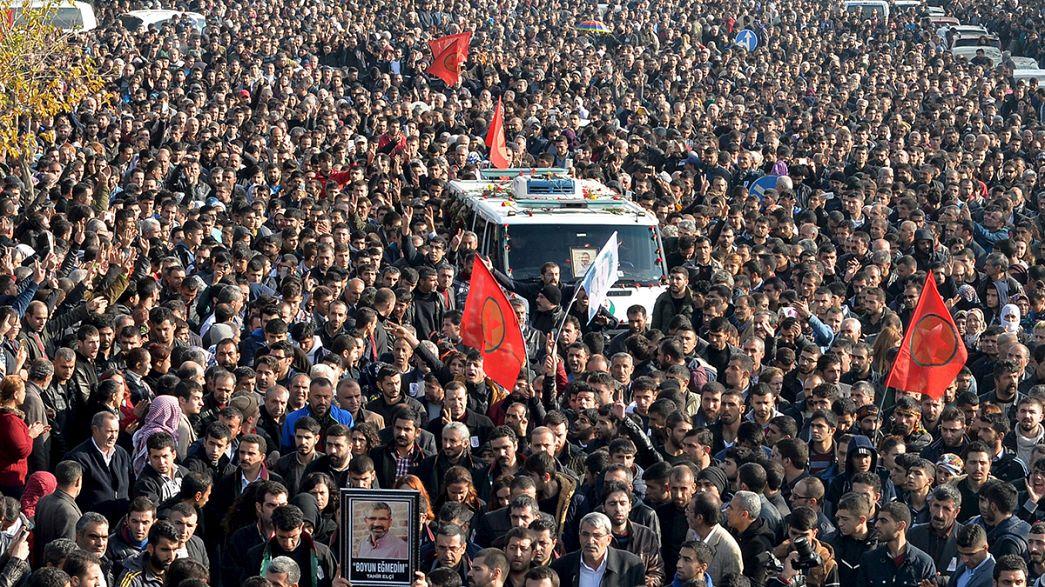تركيا: الآلاف يشيعون جثمان الطاهر ألتشي نقيب محامي ديار بكر