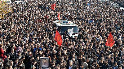 Milhares no funeral do advogado turco Tahir Elçi