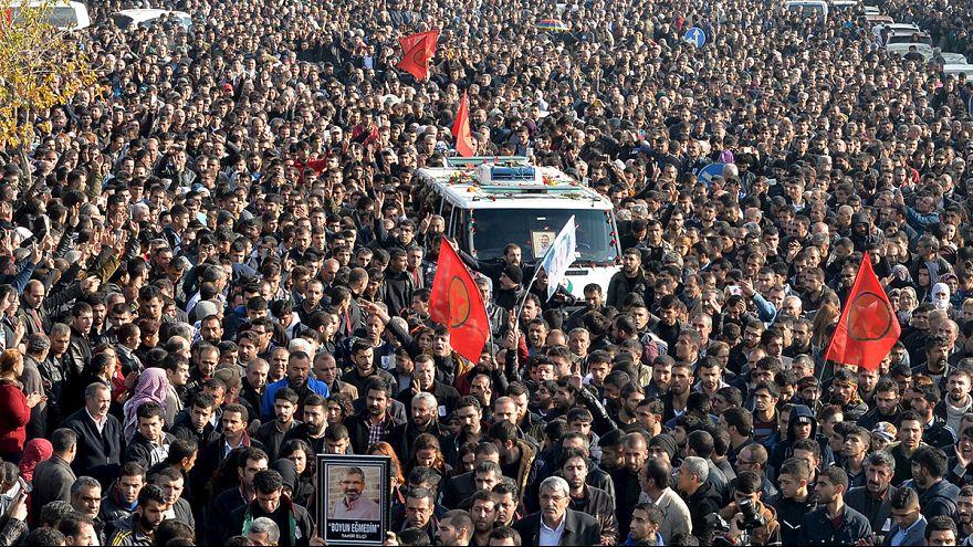 تشییع پیکر وکیل مدافع حقوق کردهای ترکیه در دیاربکر