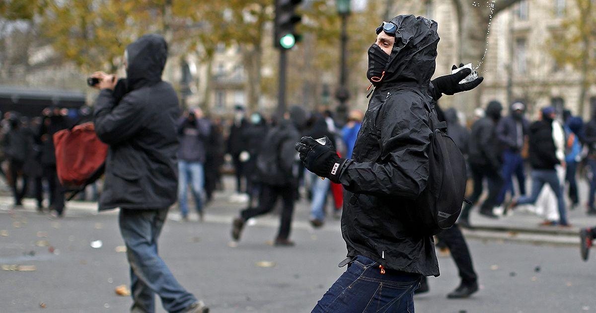 باريس: الشرطة الفرنسية تفرق مظاهرة ناشطين بيئيين وتعتقل نحو مئة