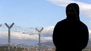 Macedonia bloquea a miles de de refugiados en la frontera con Grecia