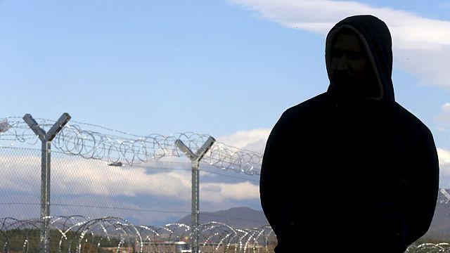 Makedonya'da mültecilere karşı tel örgü inşası sürüyor