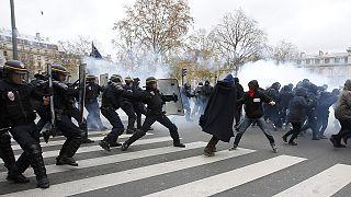 Clima, Cop21: scontri e arresti a Parigi. Manifestazioni in tutto il mondo