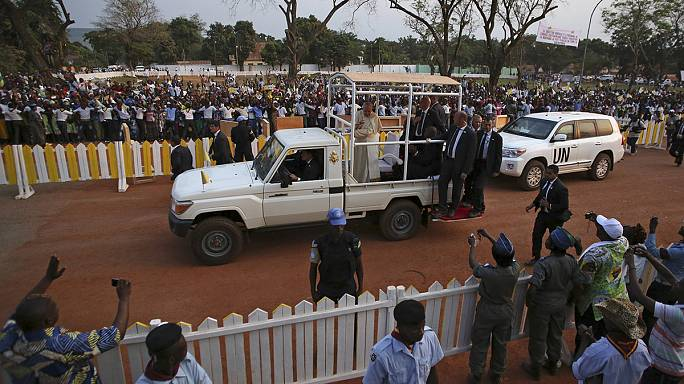 """Papa Francesco a Bangui, Centrafrica, apre le porte del Giubileo nella """"capitale"""" delle violenze di religione"""