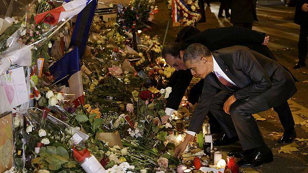Un abrazo, una flor y un largo silencio: el tributo de Obama a las víctimas de los atentados de París