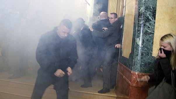 قنابل غاز مسيل للدموع في برلمان كوسوفو
