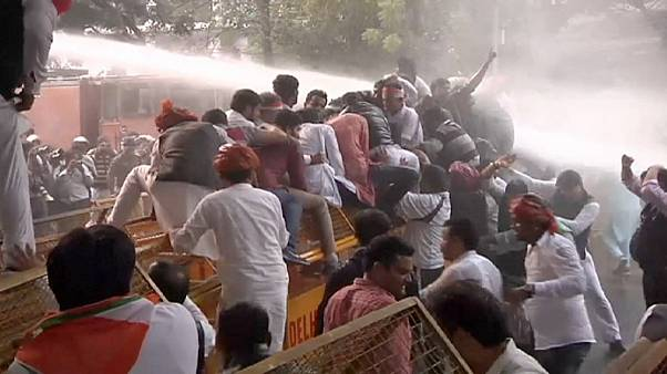India, cariche della polizia sull'opposizione in piazza