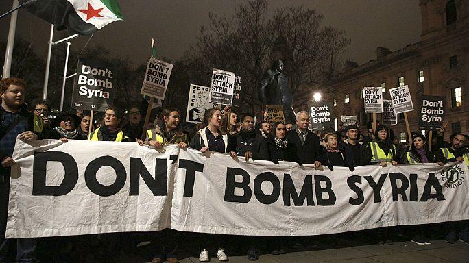 Londres : des milliers de manifestants s'opposent au projet d'intervention britannique en Syrie