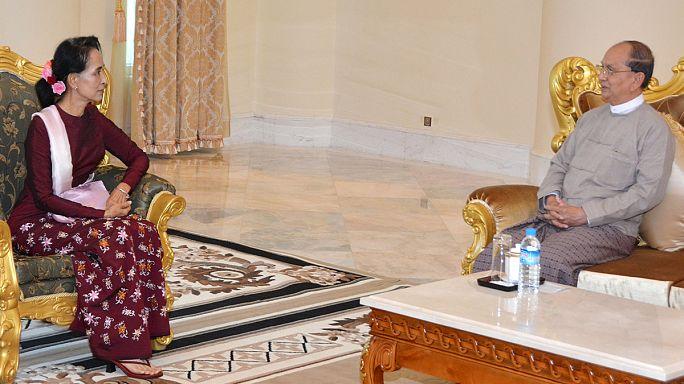 محادثات الإنتقال السلمي للسلطة بين أونغ شان سوتشي ورئيس البلاد المنتهية ولايته