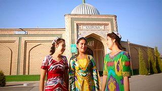 أوزبكستان: ألوان نابضة بالحياة من مارغلان الحرير