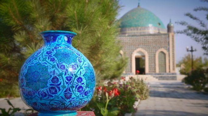 Üzbegisztáni képeslapok: vörös agyag, kék kerámia