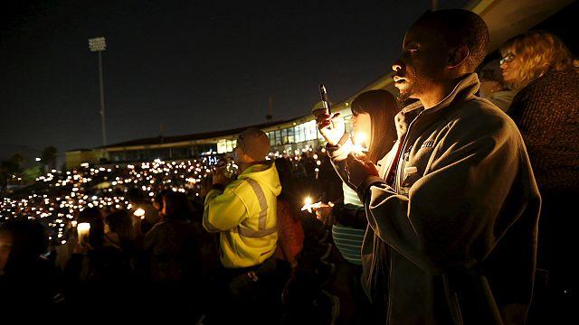 Virrasztással emlékeztek a San Bernardinó-i támadás áldozataira