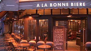 """Paris: """"Bonne Bière"""" reabre 3 semanas após atentados"""