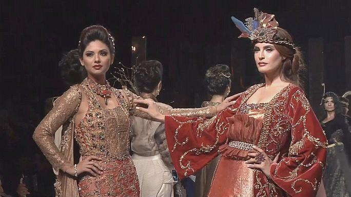 Barokkos pompa a Pakisztáni Divathéten