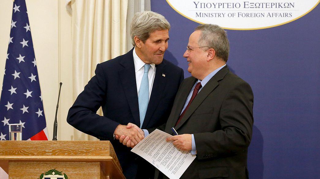 En visite à Athènes, John Kerry témoigne son soutien à la Grèce