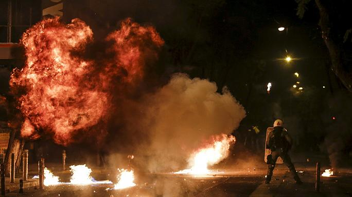 Csatatérré változott Athén a fekete évforduló éjjelén