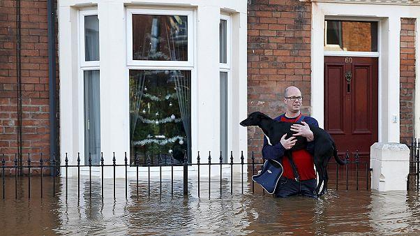 Regno Unito. In Cumbria acqua ad altezza d'uomo dopo passaggio tempesta Desmond