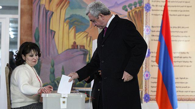 استفتاء أرمينيا: 63 بالمائة من الأرمن يصوتون لتقليص صلاحيات الرئيس