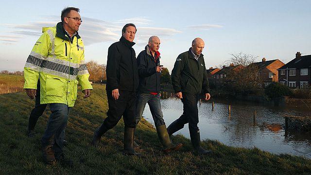 ديفيد كاميرون يزور بعض المناطق المتضررة جراء الفيضانات شمال أنكلترا