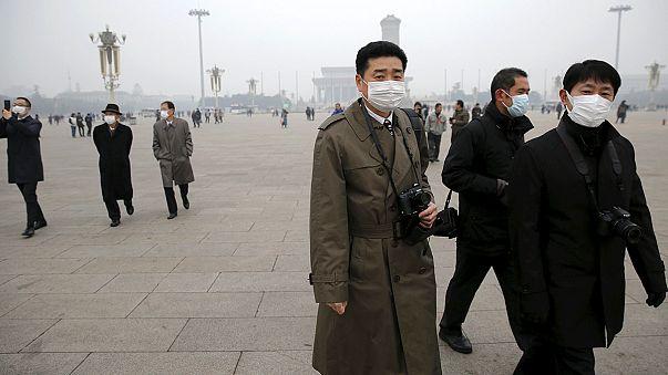 Óriási a szmog Pekingben - éjjeli sötétség uralkodik nappal is