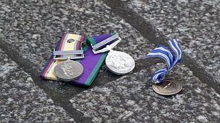 Veteranos de guerra británicos desprecian sus medallas por la intervención en Siria