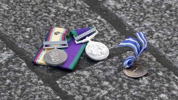 Des vétérans britanniques jettent leurs médailles pour dénoncer les raids en Syrie