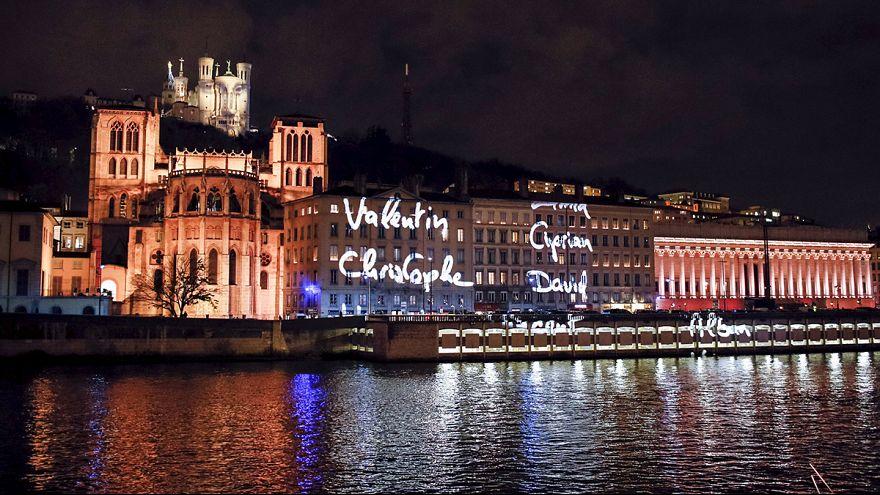 Lione, la Fête des Lumières lascia spazio a commemorazione vittime di Parigi