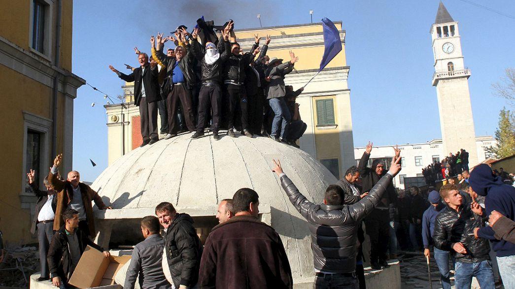 Tojással és kövekkel dobálták az albán kormányfőt
