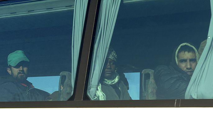 Греческая полиция освобождает от мигрантов железнодорожные пути