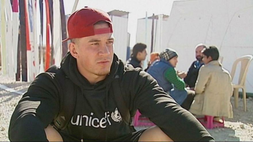 Líbano: Sonny Bill Williams visitou campo de refugiados sírios