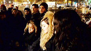 Памяти жертв терактов: Мадонна спела на площади Республики в Париже