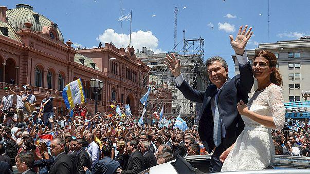 Applausi, tensioni e niente Cristina. Macri presidente di un'Argentina divisa