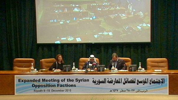 Opositores de Assad acordam trabalhar juntos mas sem o presidente sírio