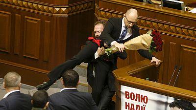 Ucraina: rissa in Parlamento con tanto di rose rosse per il premier Iatsenyuk