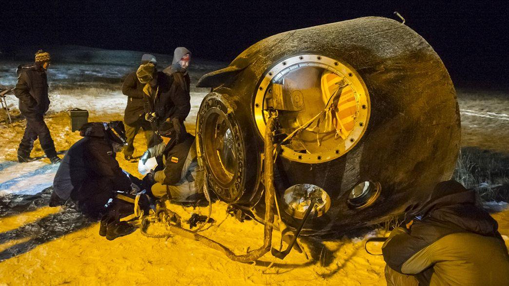 Aterrizaje espacial nocturno en la estepa kazaja