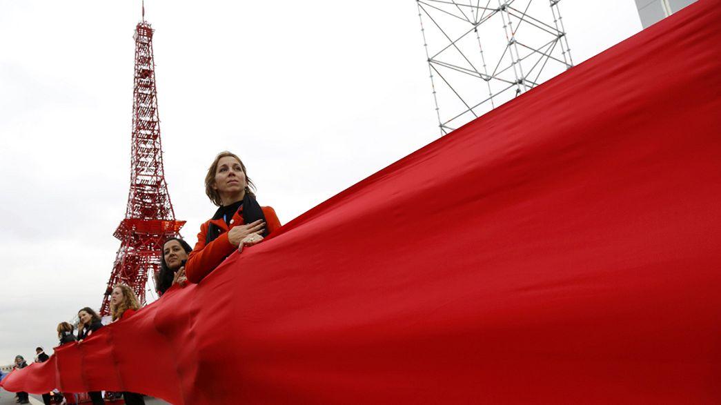 """Le ONG """"srotolano"""" i valori sul clima: in stoffa le linee rosse da rispettare"""